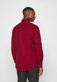 Calvin Klein Tailored - CONTRAST FLOWER PRINT SLIM - Koszula biznesowa - red - 2