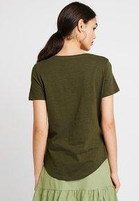 Cotton On - THE DEEP  - T-shirt basic - seasonal khaki - 2