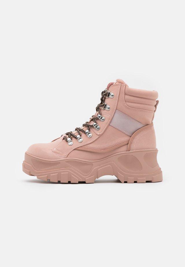 FENDO - Kotníkové boty na platformě - pink