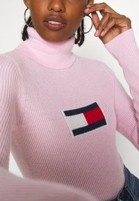 Tommy Jeans - FLAG ROLL NECK - Svetr - romantic pink - 5