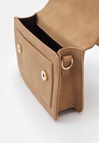 Pieces - PCDAFINA CROSS BODY  - Handbag - camel/gold - 2