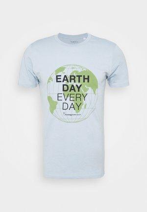 ALDER EARTH DAY EVERY DAY GLOBE TEE  - T-shirt print - blue fog