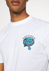Santa Cruz - UNISEX DRESSEN PUP DOT - Print T-shirt - white - 5