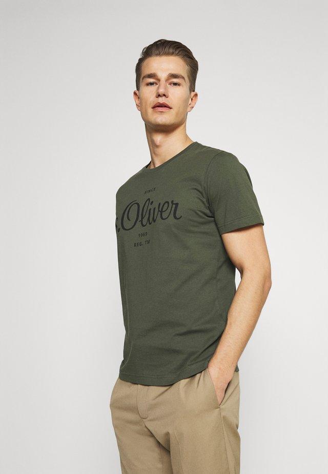 T-shirt z nadrukiem - khaki/oliv