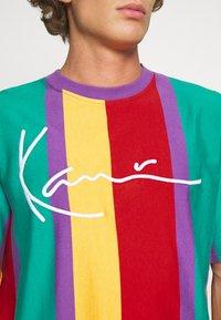 Karl Kani - SIGNATURE STRIPE TEE UNISEX - Print T-shirt - purple - 4