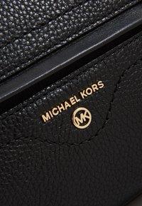 MICHAEL Michael Kors - CARINE SATCHELPEBBLE - Sac à main - black - 5