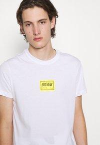 Versace Jeans Couture - Print T-shirt - bianco ottico - 7