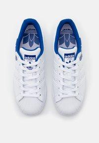 adidas Originals - SUPERSTAR SPORTS INSPIRED SHOES UNISEX - Sneakers basse - footwear white/team royal blue - 3
