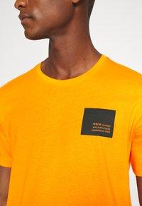 Solid - DAVE - Print T-shirt - orange pee - 5