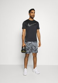 Nike Performance - DRY SHORT CAMO - Korte broeken - black/grey fog - 1