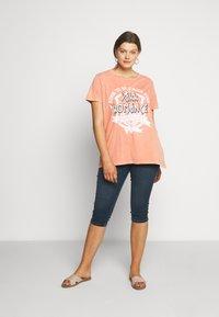 ONLY Carmakoma - CARMINE BOXY TEE - Print T-shirt - hot sauce - 1