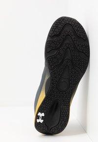 Under Armour - CHARGED PULSE - Zapatillas de running neutras - black/metallic gold - 4