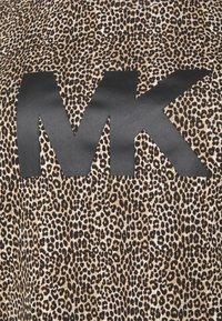 MICHAEL Michael Kors - LEOPARD LOGO TEE - Triko spotiskem - dark camel - 4