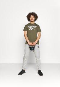 Reebok - RI BIG LOGO TEE - T-shirt imprimé - army green - 1