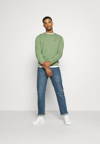 Levi's® - NEW ORIGINAL CREW UNISEX - Felpa - hedge green - 1