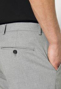 Selected Homme - SLHSLIM MYLOLOGAN CROP - Trousers - light grey melange - 3