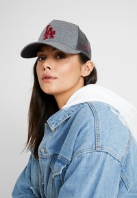 New Era - ESSENTIAL AFRAME TRUCKER - Kšiltovka - grey heather - 4