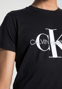 Calvin Klein Jeans - ICONIC MONOGRAM SLIM TEE - T-shirt med print - black - 4