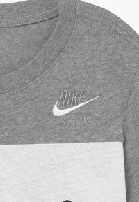 Nike Sportswear - AIR TEE - Print T-shirt - dark grey heather/white - 3