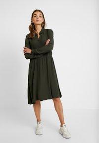 Minimum - BINDIE DRESS - Shirt dress - racing green - 0