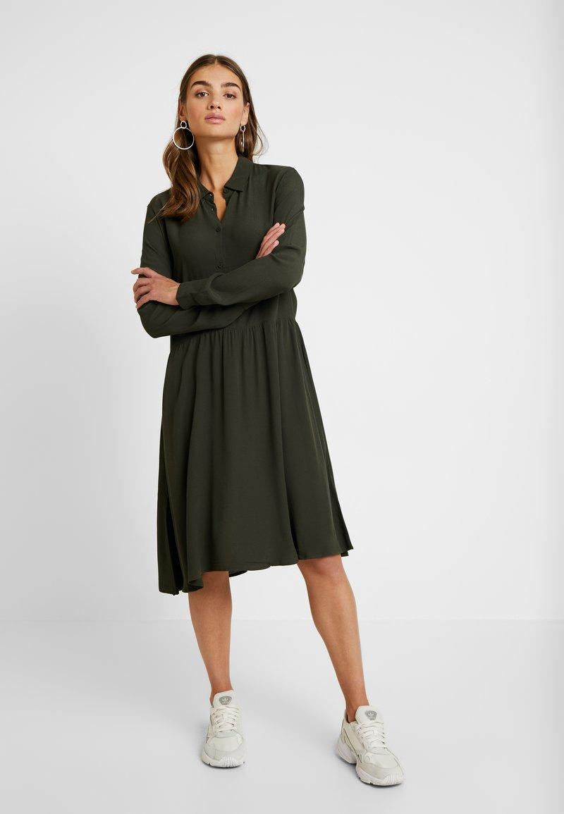 Minimum - BINDIE DRESS - Shirt dress - racing green