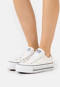 Converse - CHUCK TAYLOR ALL STAR PLATFORM - Sneakers basse - egret/white/black - 0