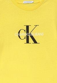 Calvin Klein Jeans - MONOGRAM LOGO UNISEX - Print T-shirt - yellow - 3