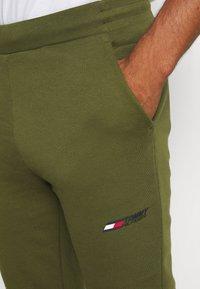 Tommy Hilfiger - LOGO PANT - Spodnie treningowe - putting green - 4