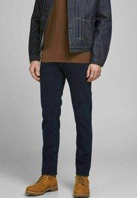 Jack & Jones - REGULAR FIT JEANS CLARK ORIGINAL AM 166 LID - Jeans straight leg - blue denim - 0