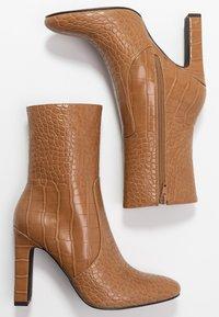 NA-KD - GLOSSY BOOTIES - Ankelboots med høye hæler - brown - 3