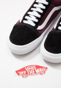 Vans - OLD SKOOL UNISEX - Tenisky - black/port royale - 5