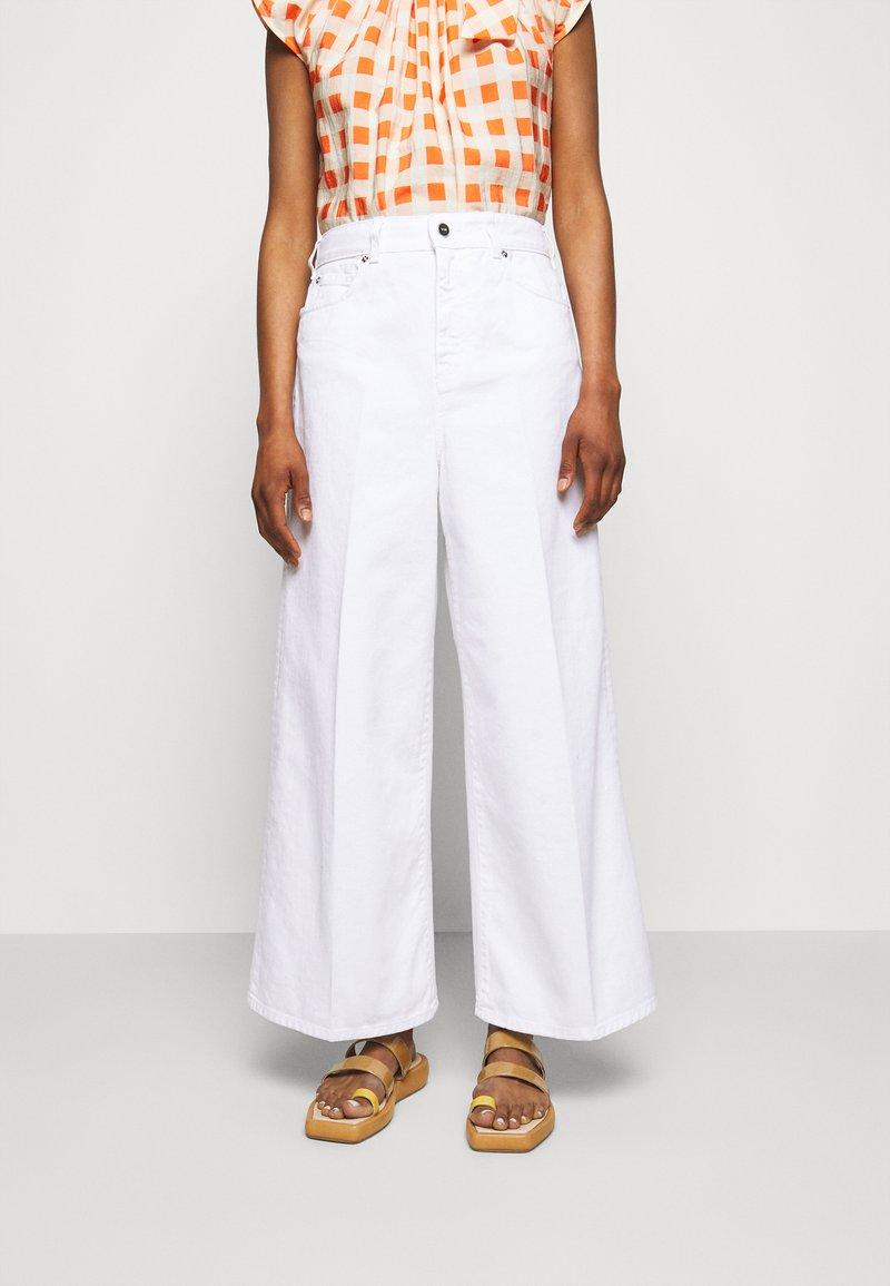 Victoria Victoria Beckham - PORTLAND - Široké džíny - white