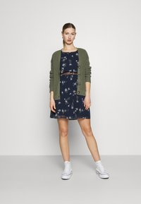 Vero Moda - VMFALLIE BELT DRESS - Denní šaty - navy blazer/newhallie - 1