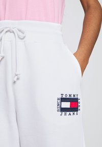 Tommy Jeans - BOX FLAG PANT - Tracksuit bottoms - white - 4