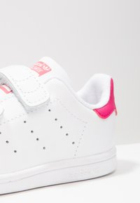 adidas Originals - STAN SMITH CF I - Zapatos de bebé - white/bold pink - 5