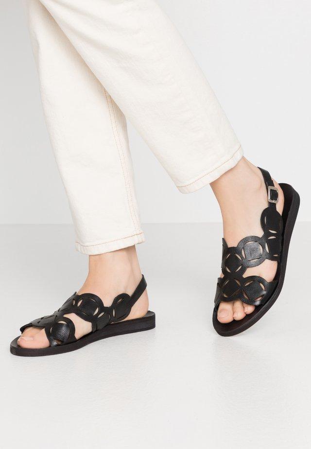 CAROLINA - Sandaalit nilkkaremmillä - black