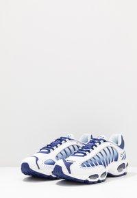 Nike Sportswear - AIR MAX TAILWIND IV - Sneakers - white/deep royal blue/wolf grey - 2