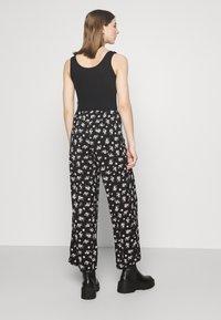 Vero Moda - VMSAGA WIDE PANT - Pantaloni - black/dara - 2