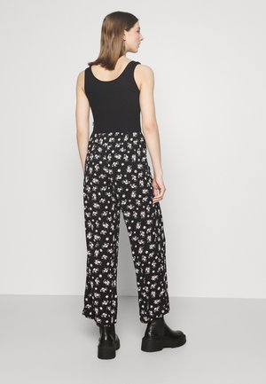 VMSAGA WIDE PANT - Trousers - black/dara