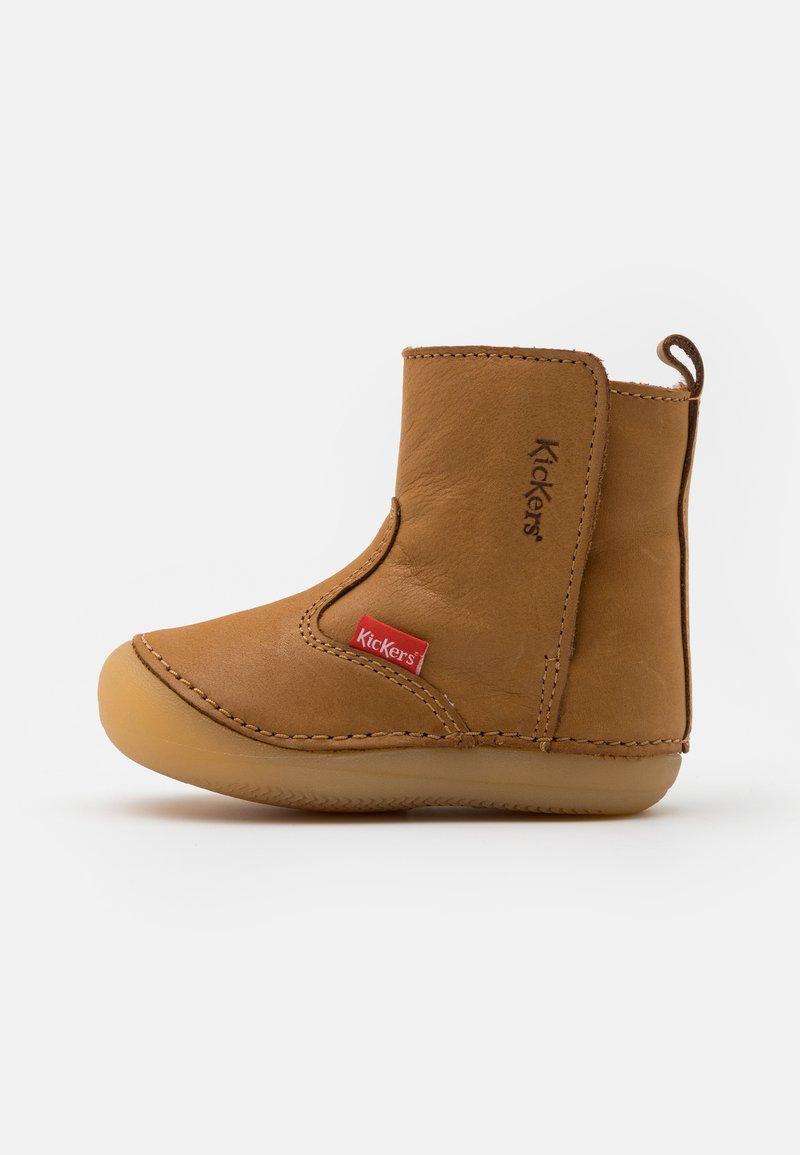 Kickers - SOCOOL CHO UNISEX - Kotníkové boty - camel clair