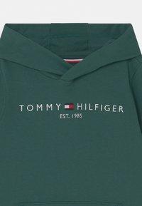 Tommy Hilfiger - ESSENTIAL HOODIE UNISEX - Felpa con cappuccio - ornamental green - 2