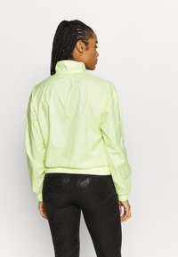 Puma - TRAIN LOGO QUARTER  - Chaqueta de entrenamiento - soft fluo yellow - 2