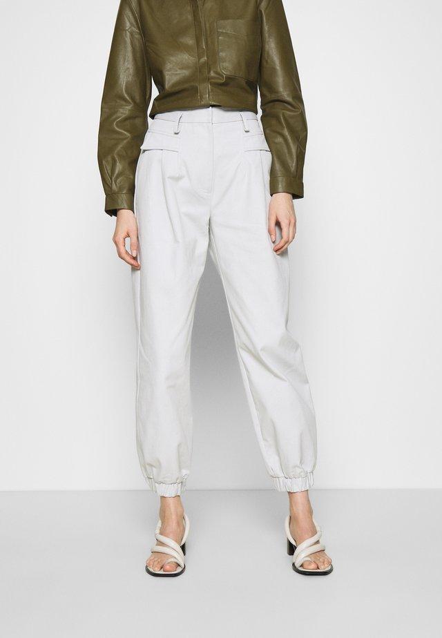 CEDRIC PANT - Pantalones - silver