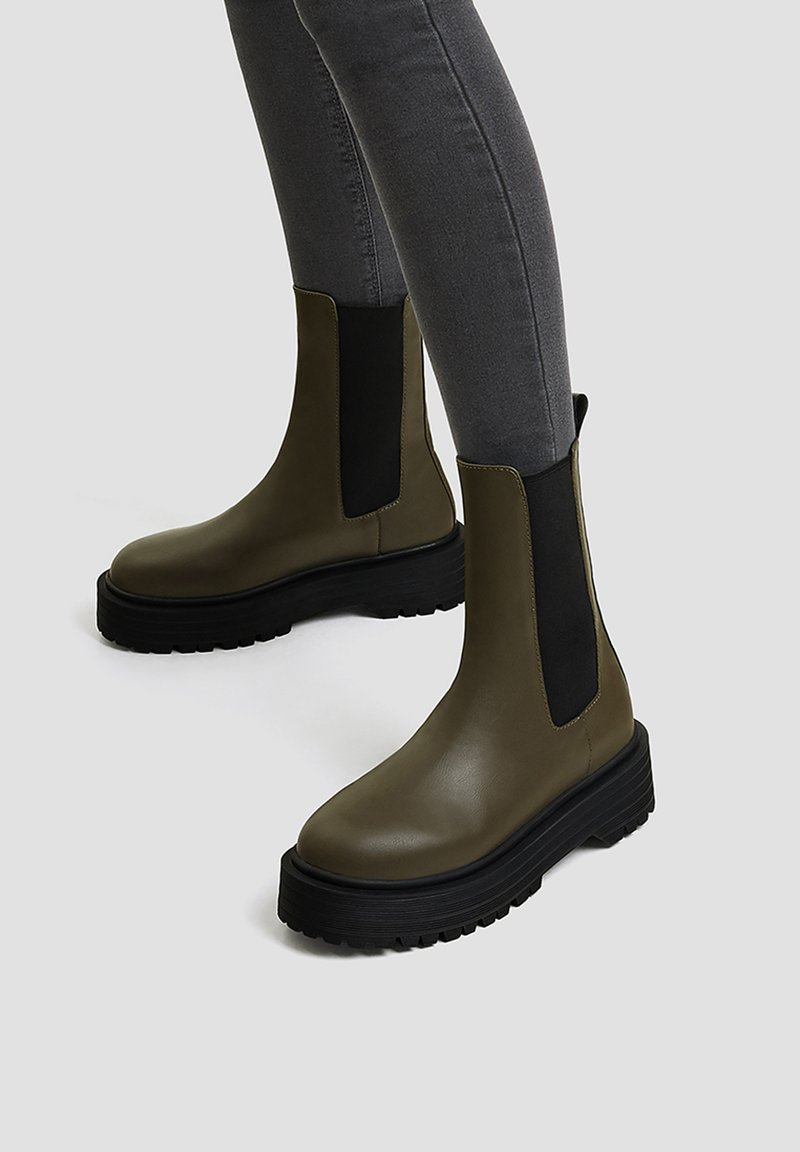 PULL&BEAR - Kotníkové boty na platformě - khaki