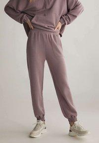 OYSHO - Pantalon de survêtement - mauve - 0