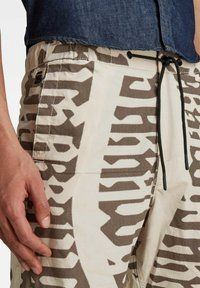 G-Star - FRONT POCKET ARTWORK SPORT - Shorts - whitebait gothic vert - 3