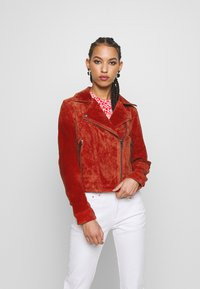 Pieces - PCANA SUEDE JACKET - Leather jacket - chili oil - 0