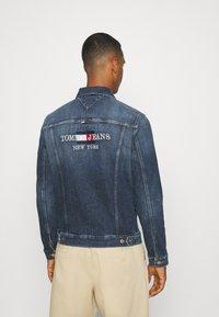 Tommy Jeans - REGULAR TRUCKER JACKET - Denim jacket - denim dark - 2