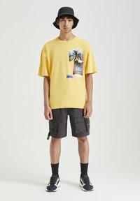 PULL&BEAR - MIT FOTOPRINT - Print T-shirt - yellow - 1
