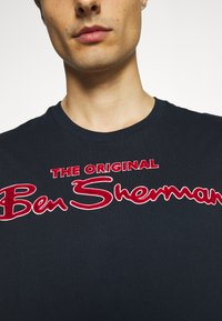 Ben Sherman - SIGNATURE FLOCK TEE - Print T-shirt - dark navy - 6